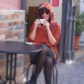 Capucha abierta de satén con estampado muy colorido para alegrarnos los días de niebla.  Gracias @saray_anar por iluminarnos con esa sonrisa 💕   #capuchas #moda #hechoenespaña #handmade #regalosoriginales #complementos #compralocal  #artesania #modaurbana