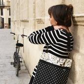 MOCHIBOLSO 2 EN 1. Bolso y mochila en una misma pieza. Reversible, 2 bolsillos, no pesa!! Dimensiones 40x32cm.  #modaurbana #bolsos #bandolera #tiendasconencanto #tiendasbonitas #hechoamano #handicraft #artesanía #accesoriosdemoda #accesories #solwfashion #womanfashion #design #original #piezasunicas #Sevilla #mochila #multiposicion